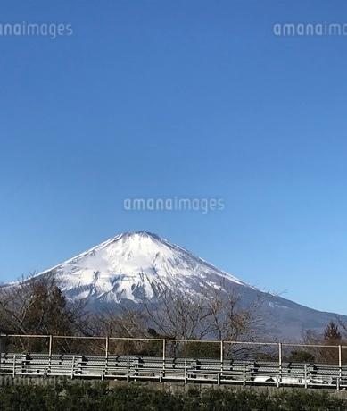 青空に雪のかぶる山と道路の写真素材 [FYI03161178]
