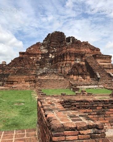 屋外にあるレンガのピラミッド型の遺跡の写真素材 [FYI03161182]