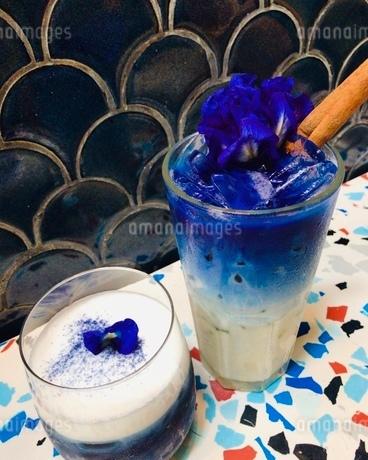 カフェで注文した青い冷たい2つの飲み物の写真素材 [FYI03161185]