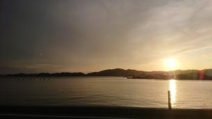 瀬戸内に沈む夕陽の写真素材 [FYI03161187]