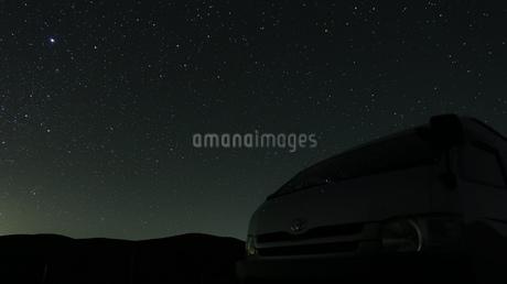 キラキラと落ちてきそうな星たちとフロントガラスに映る星空の写真素材 [FYI03161188]
