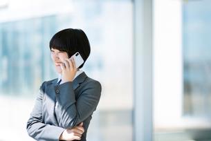 スマートフォンで電話をするビジネスウーマンの写真素材 [FYI03161256]