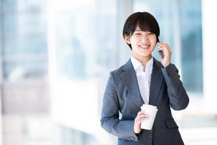 スマートフォンで電話をするビジネスウーマンの写真素材 [FYI03161260]