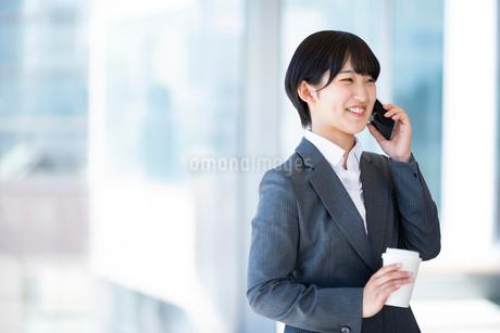 スマートフォンで電話をするビジネスウーマンの写真素材 [FYI03161261]