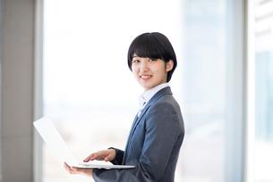 ノートパソコンを操作するビジネスウーマンの写真素材 [FYI03161265]