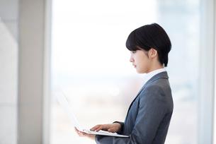 ノートパソコンを操作するビジネスウーマンの写真素材 [FYI03161266]