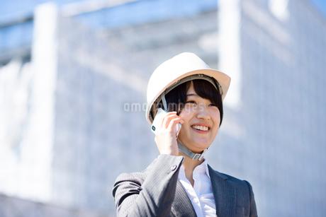 スマートフォンで電話をするビジネスウーマンの写真素材 [FYI03161281]