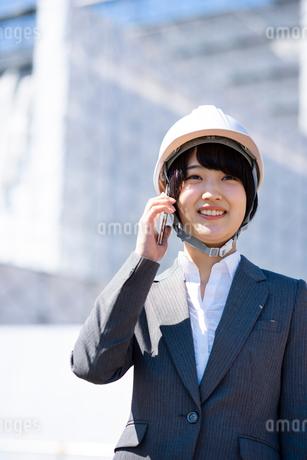 スマートフォンで電話をするビジネスウーマンの写真素材 [FYI03161282]