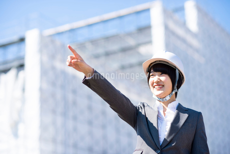 工事現場で指をさすビジネスウーマンの写真素材 [FYI03161283]