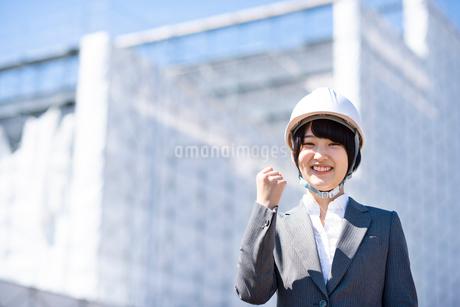 工事現場でガッツポーズをするビジネスウーマンの写真素材 [FYI03161284]