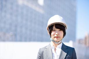 工事現場で微笑むビジネスウーマンの写真素材 [FYI03161285]