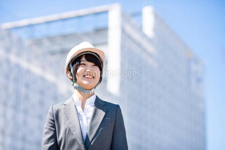 工事現場で微笑むビジネスウーマンの写真素材 [FYI03161286]