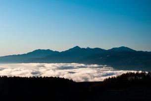 霧ヶ峰高原より雲海に浮かぶ朝の鳳凰三山と南アルプスの写真素材 [FYI03161342]