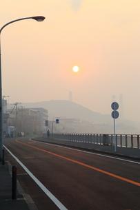 朝陽と道の写真素材 [FYI03161598]