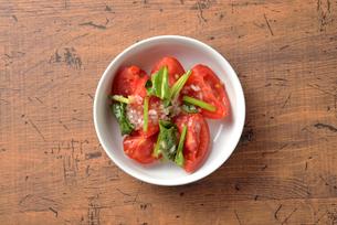 上から見たトマトサラダの写真素材 [FYI03161631]
