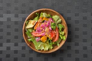 上から見たサラダの写真素材 [FYI03161636]