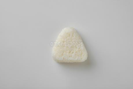 白い背景の白いおにぎりの写真素材 [FYI03161643]