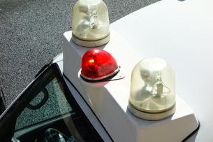 赤色灯を回転させる警察車両の写真素材 [FYI03161678]