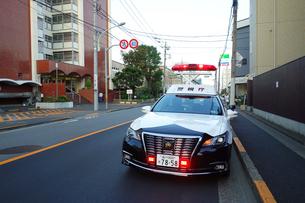 赤色灯を上げるパトカーの写真素材 [FYI03161681]