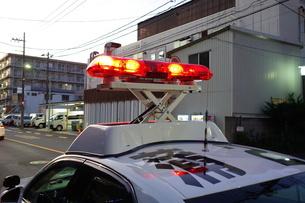 赤色灯を上げるパトカーの写真素材 [FYI03161687]