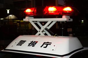 赤色灯を上げるパトカーの写真素材 [FYI03161694]