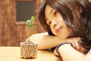 植物と女性の写真素材 [FYI03161766]