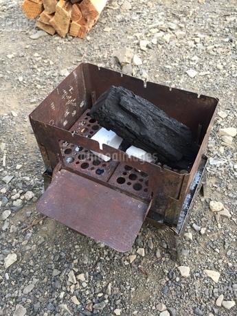 焚き火台の着火の写真素材 [FYI03161880]