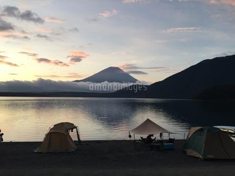 本栖湖から眺める富士山の写真素材 [FYI03161881]