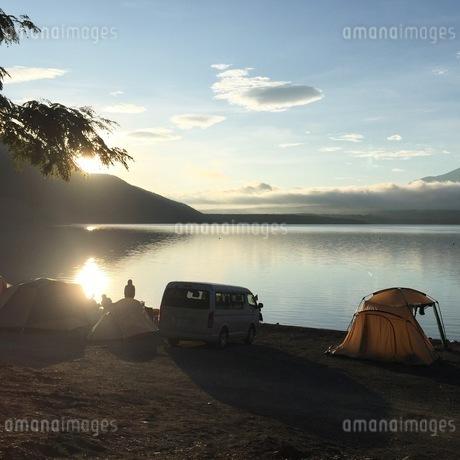 本栖湖キャンプ場で迎える朝日の写真素材 [FYI03161883]