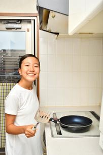 料理をする女の子の写真素材 [FYI03161888]