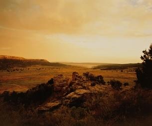 オレンジ色に染まる荒野(セピア) ニューメキシコ州 アメリカの写真素材 [FYI03162100]