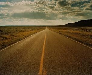 荒野のまっすぐに伸びる道 ニューメキシコ州 アメリカの写真素材 [FYI03162103]