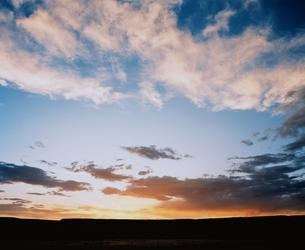 空(オレンジ色)と彩雲 ニューメキシコ州 アメリカの写真素材 [FYI03162105]