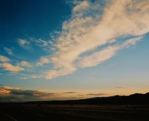 空(オレンジ色)と彩雲 ニューメキシコ州 アメリカの写真素材 [FYI03162108]