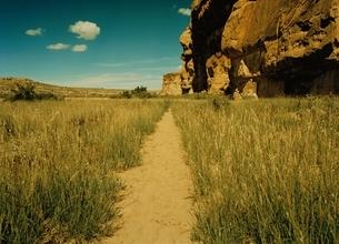 チャコキャニオンと小道  ニューメキシコ州  アメリカの写真素材 [FYI03162113]