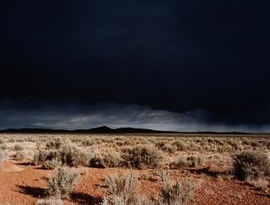 暗雲の下のタオスの荒野 ニューメキシコ州 アメリカの写真素材 [FYI03162122]