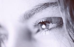 外国人女性の目のアップ(B/W)の写真素材 [FYI03162138]