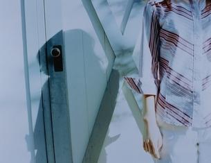 白いドアの前の若い女性の写真素材 [FYI03162150]