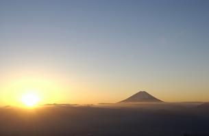 富士山と朝日 山梨県の写真素材 [FYI03162180]