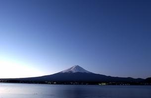 富士山の夜明け 河口湖 山梨県の写真素材 [FYI03162196]
