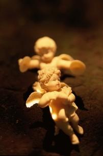 竪琴とシンバルを奏でる天使の人形2体の写真素材 [FYI03162297]