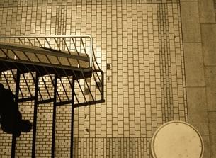 見下ろしたタイルの階段と人物の影  新宿 東京都の写真素材 [FYI03162300]