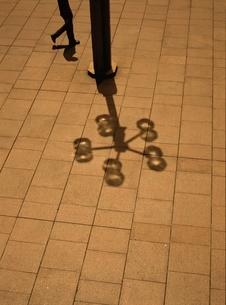 街灯と歩く人物   新宿 東京都の写真素材 [FYI03162303]