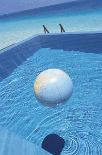 プールと地球儀の写真素材 [FYI03162331]