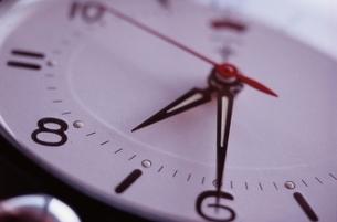 時計の針と文字盤のアップの写真素材 [FYI03162357]