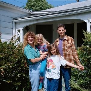 両親と2人の娘の外国人家族の記念撮影の写真素材 [FYI03162359]