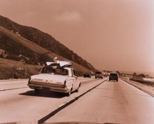 直線道路と複数の車(セピア) カリフォルニア アメリカの写真素材 [FYI03162373]