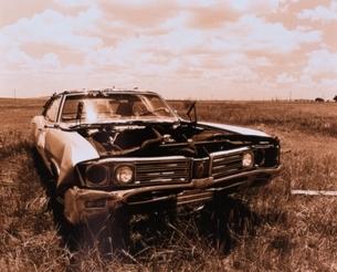 草原の廃棄され壊れた車(セピア) テキサス アメリカの写真素材 [FYI03162374]