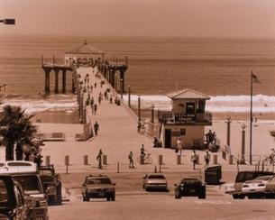 海岸の突堤を歩く人々と車(セピア) カリフォルニア アメリカの写真素材 [FYI03162375]