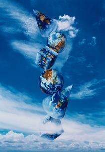空に浮かぶさまざまな形をした地球のイラスト素材 [FYI03162434]